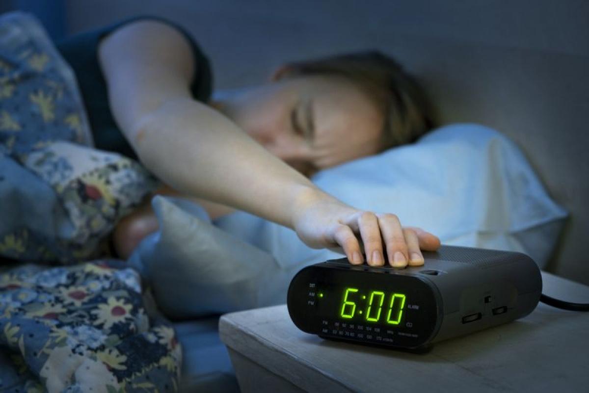 """Tắt báo thức và ngủ tiếp: Khi chuông báo thức của bạn """"kêu gào"""" vào buổi sáng, thật khó mà cưỡng lại được việc tắt chuông và ngủ tiếp. Tuy nhiên, khoảng thời gian ngắn mà bạn ngủ thêm thường kém chất lượng và không sâu, từ đó khiến bạn mệt mỏi hơn cả so với khi thức dậy ngay khi chuông báo thức reo."""