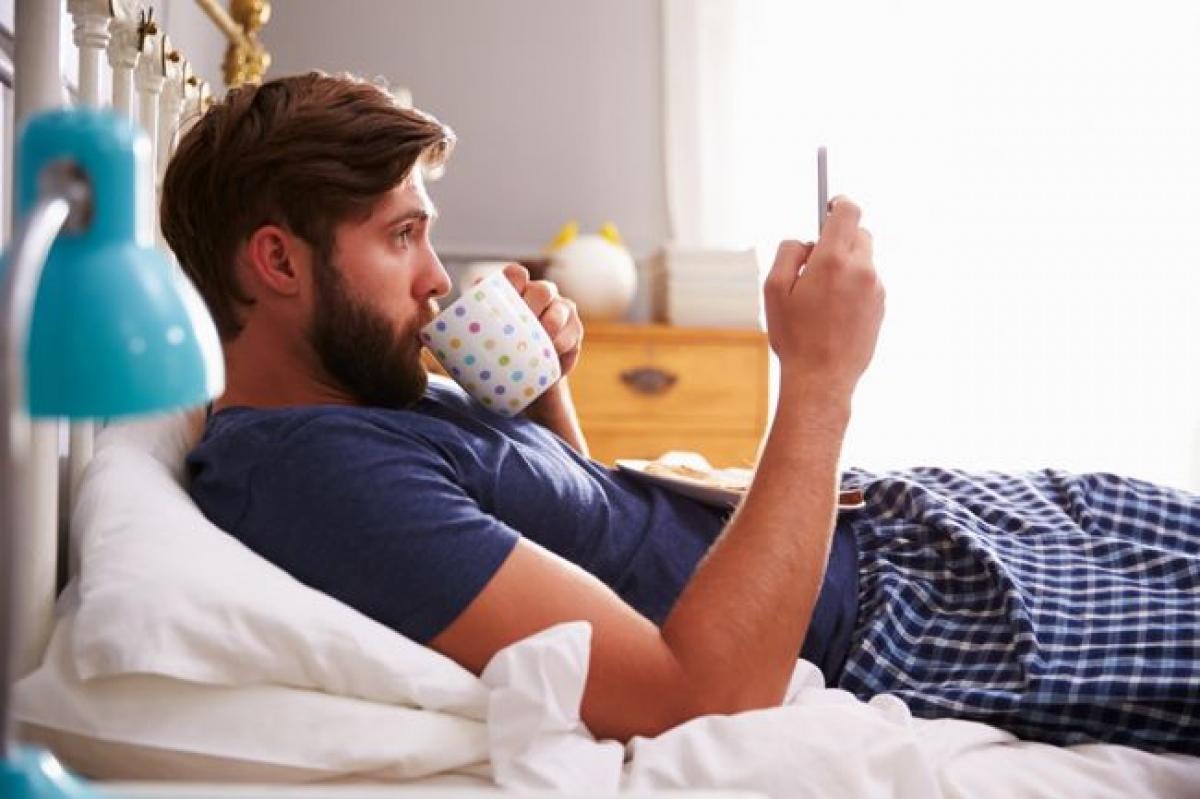 Kiểm tra email hoặc mạng xã hội: Nhiều người có thói quen vừa ăn sáng vừa kiểm tra hòm thư điện tử hoặc mạng xã hội, nhưng đây là một thói quen xấu. Một mặt, nếu như bạn đọc được tin xấu hay tin buồn, cả ngày của bạn sẽ u ám ngay từ sáng sớm. Mặt khác, bạn dễ bị cuốn vào những tin tức mà quên cả thời gian, khiến bạn chậm trễ nhiều việc.