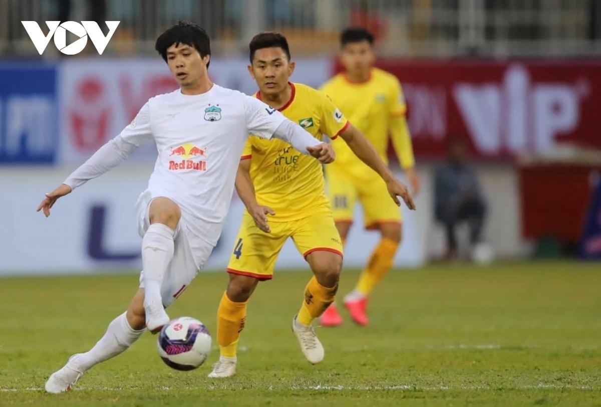 SLNA (áo vàng) thi đấu không tốt ở mùa giải năm nay (Ảnh: Minh Hoàng).