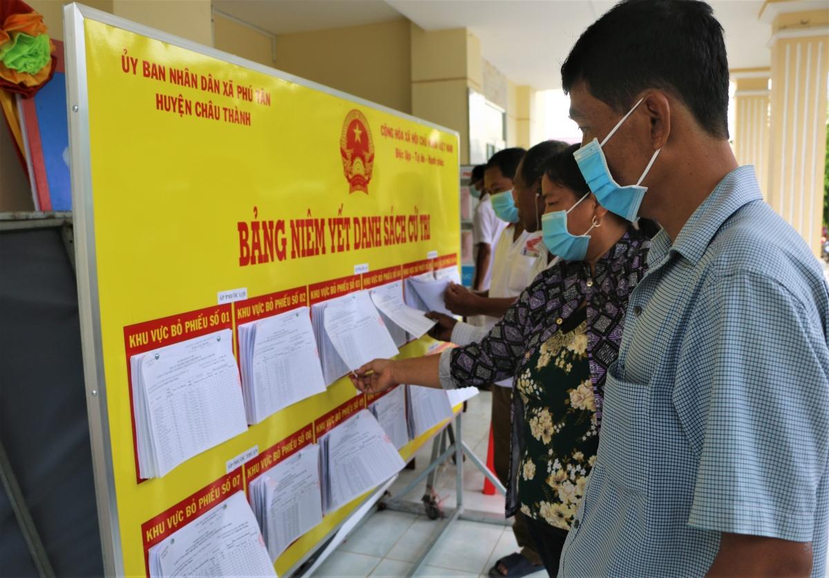 Cử tri xã Phú Tân đến xem thông tin niêm yết danh sách cử tri.