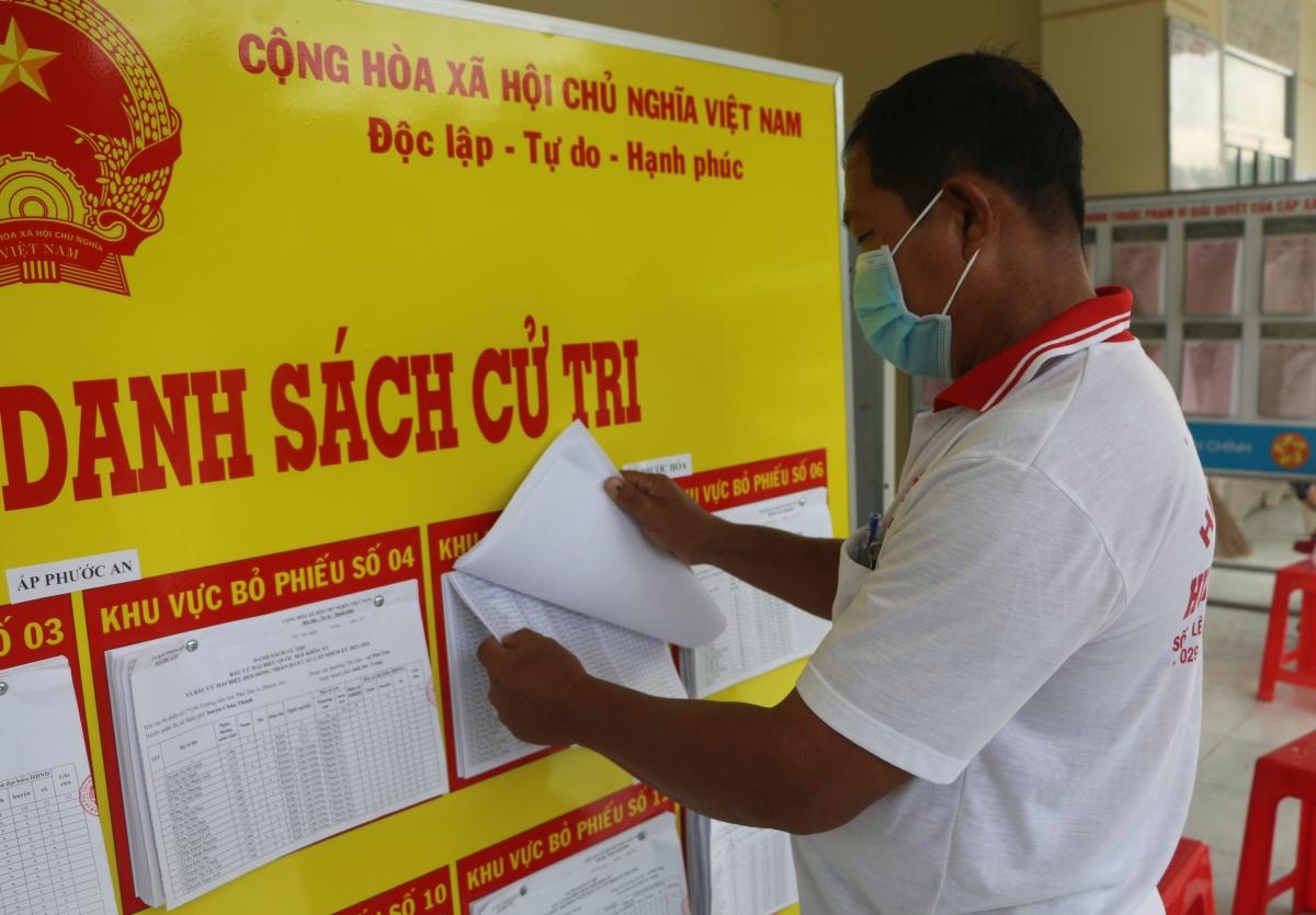 Một cử tri dân tộc Khmer xem danh sách cử tri ở UBND xã Phú Tân, Châu Thành, Sóc Trăng.