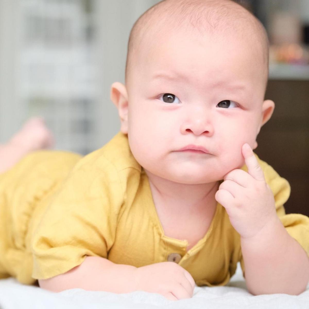 Còn bé Leon tuy mới mấy tháng tuổi nhưng đã bộc lộ cá tính vàkhí chất nam nhi.