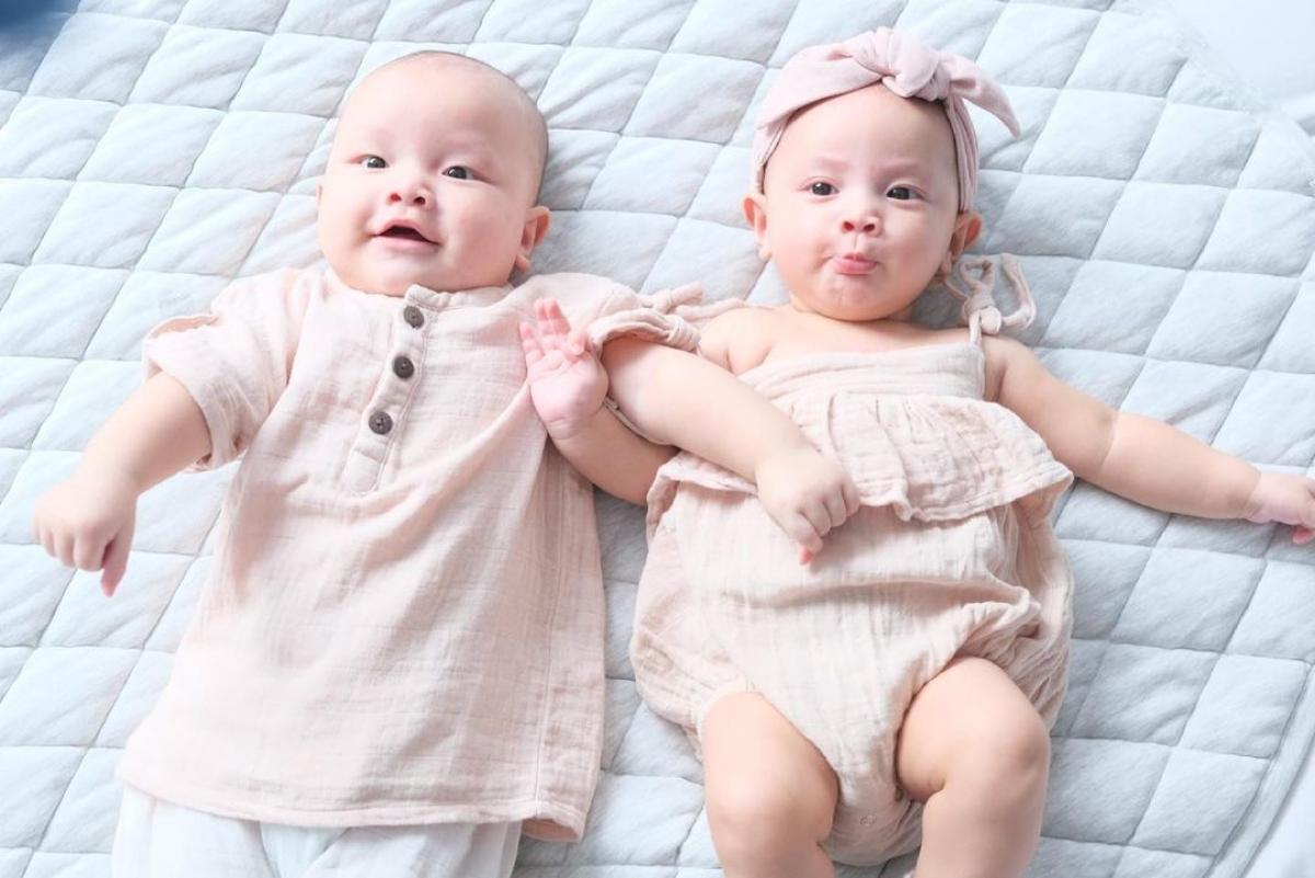"""Từ khi ra đời đến nay, những bức ảnh của cặp song sinh Leon - Lisa nhà Hồ Ngọc Hà - Kim Lý luôn đáng yêu đến mức """"đốn tim"""" người xem."""