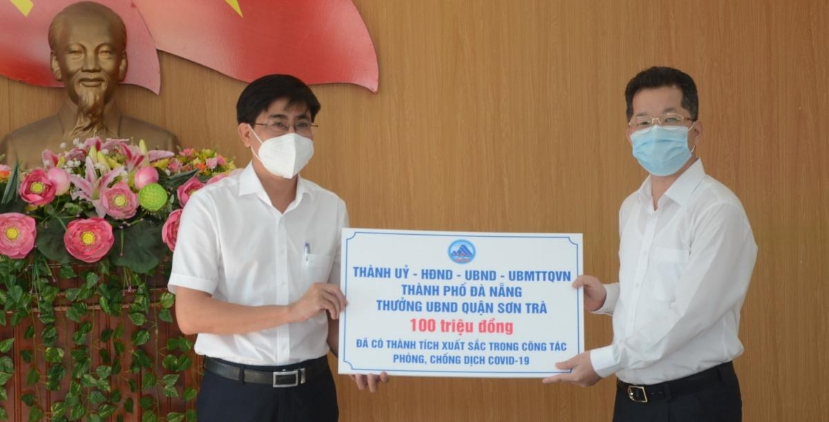 Ông Nguyễn Văn Quảng (bìa phải), Bí thư Thành ủy Đà Nẵng thay mặt Lãnh đạo thành phố khen thưởng Quận Sơn Trà 100 triệu đồng vì đã có thành tích xuất sắc trong công tác phòng, chống dịch COVID-19.