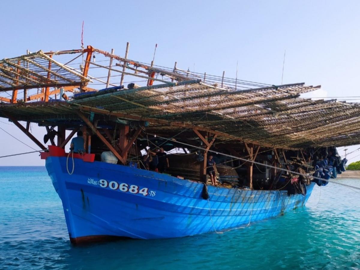 Tàu cá QNg 90684 TS neo đậu tại Âu tàu đảo Sinh Tồn.