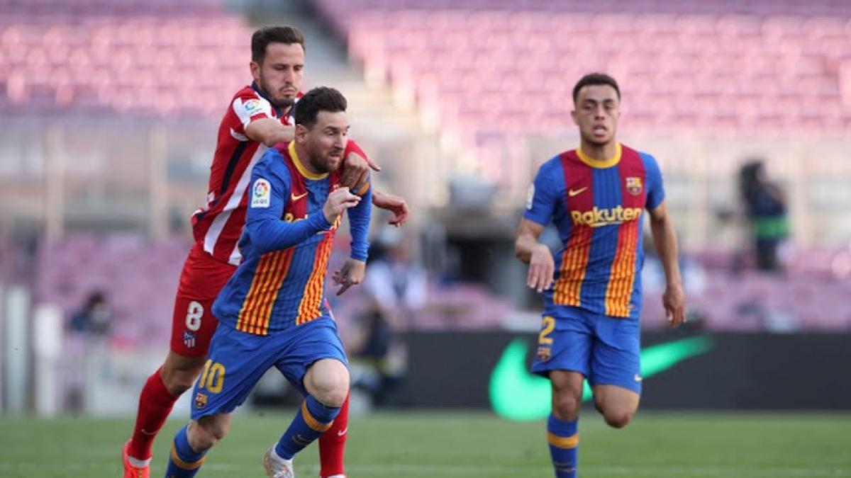 Saul kéo ngã Messi và phải nhận thẻ vàng trong hiệp 1. (Ảnh: Reuters)
