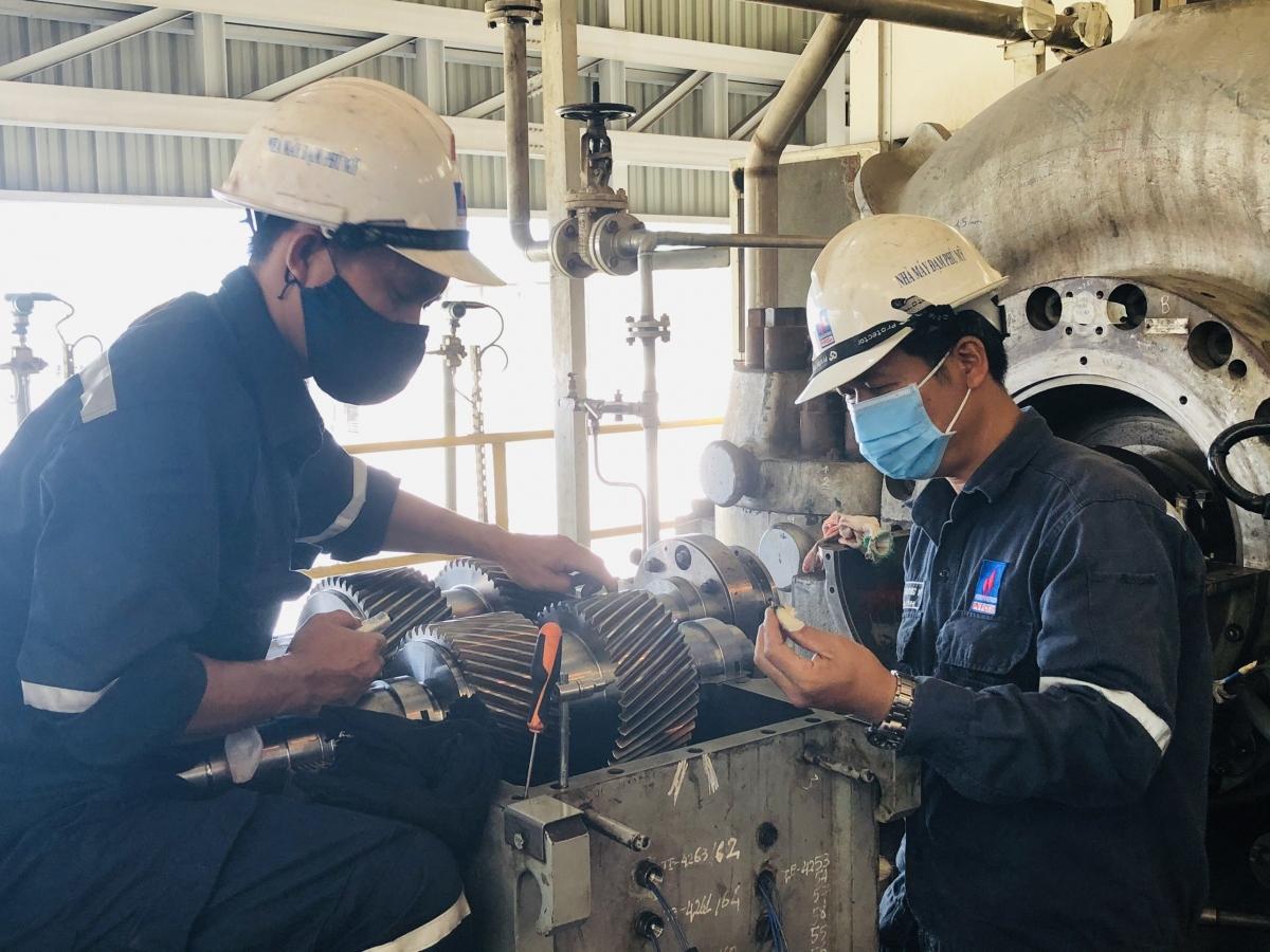 Tại Nhà máy Đạm Phú Mỹ đang tiến hành bảo dưỡng tổng thể, CBCNV đều đeo khẩu trang khi làm việc