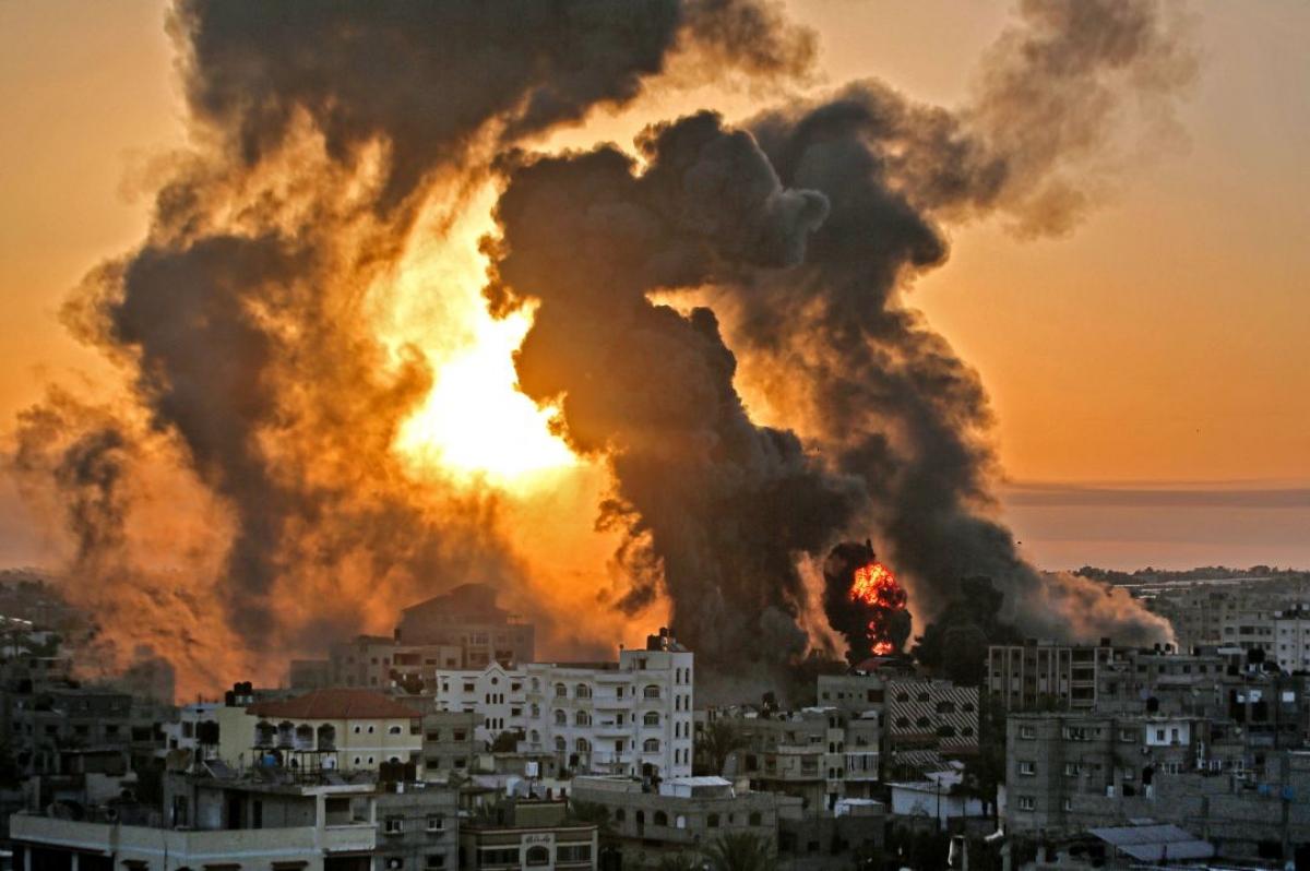 Ảnh: Khung cảnh hoang tàn sau hàng loạt cuộc không kích trả đũa của Israel ở dải Gaza - Ảnh 1.