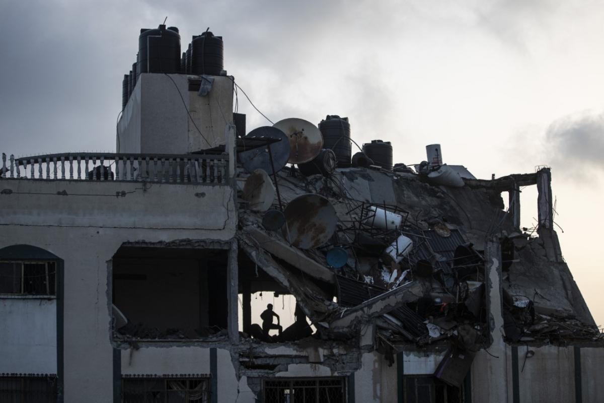 Ảnh: Khung cảnh hoang tàn sau hàng loạt cuộc không kích trả đũa của Israel ở dải Gaza - Ảnh 13.