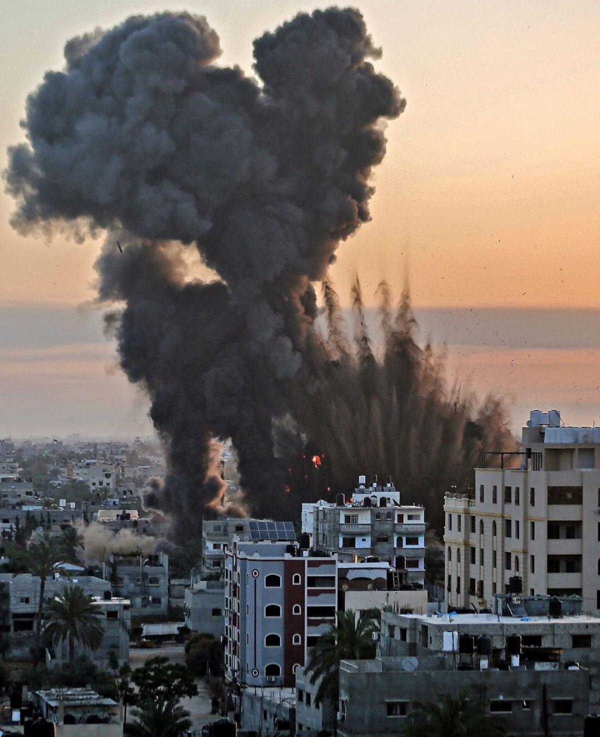 Ảnh: Khung cảnh hoang tàn sau hàng loạt cuộc không kích trả đũa của Israel ở dải Gaza - Ảnh 4.