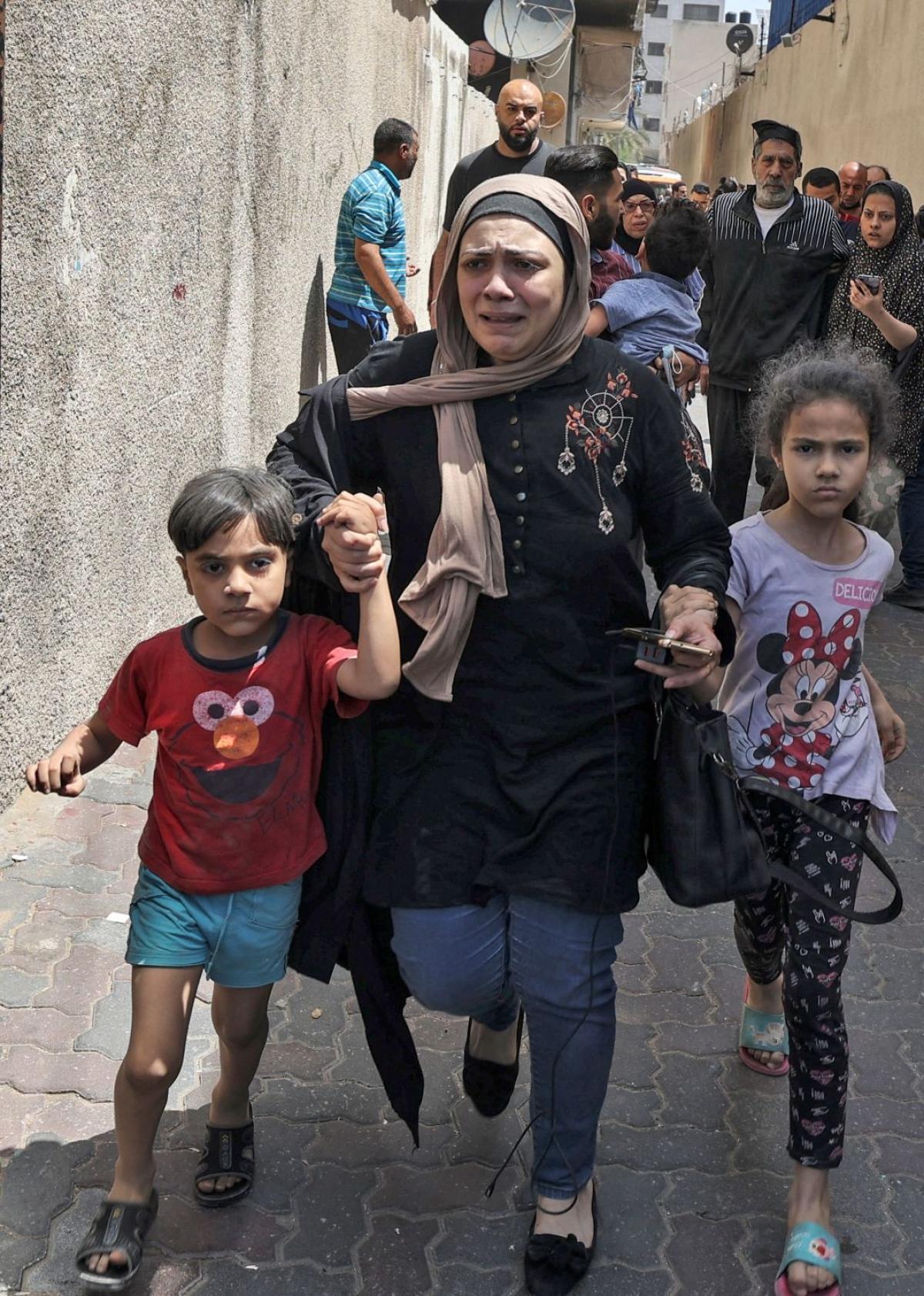 Ảnh: Khung cảnh hoang tàn sau hàng loạt cuộc không kích trả đũa của Israel ở dải Gaza - Ảnh 8.