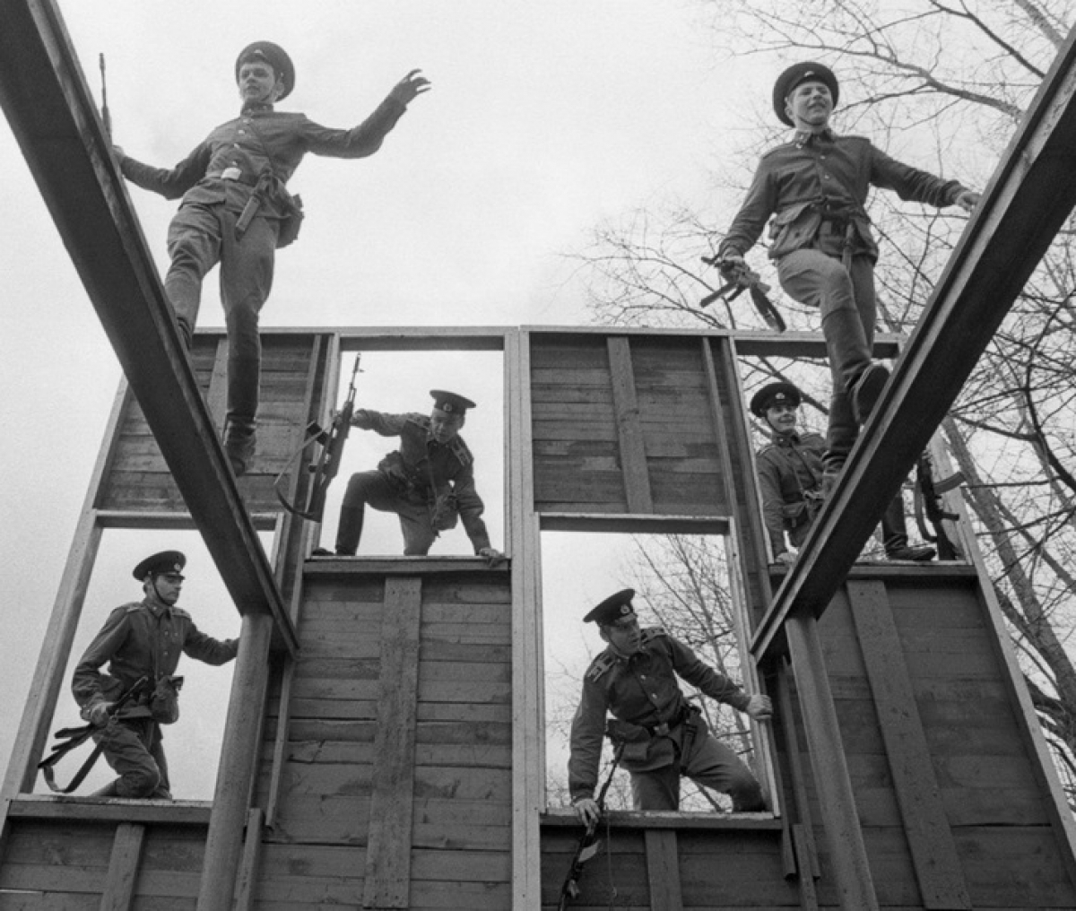 Các tân binh KGB huấn luyện trên thao trường. Ảnh: TASS.