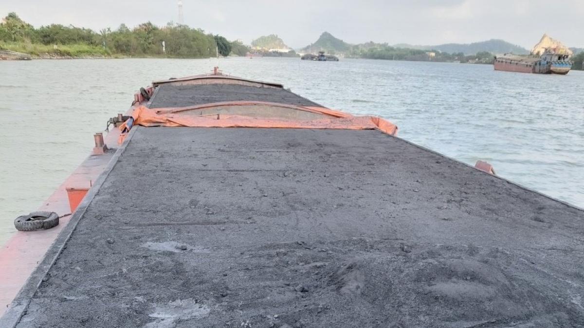 Tàu HD- 2916 chở 800 tấn xít xay đã bị tạm giữ.