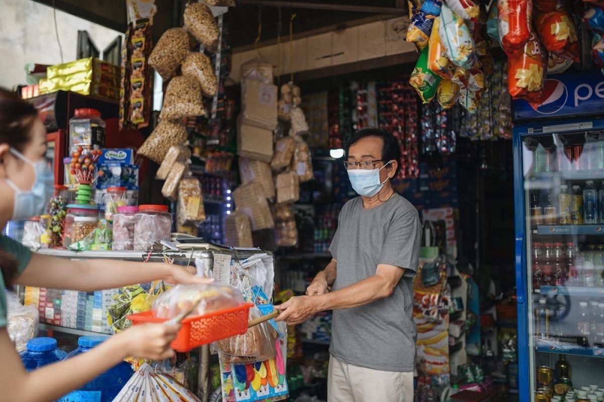 Chủ tạp hóa gặp nhiều nguy cơ lây nhiễm do tiếp xúc trực tiếp với đa dạng người mua, bán.