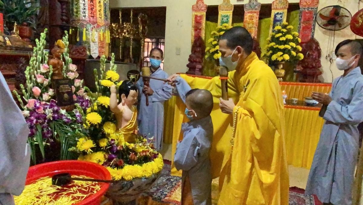 Thực hiện nghi lễ tắm Phật kính mừng mùa Phật đản năm 2020tại chùa Thạch Khê (Quảng Nam).