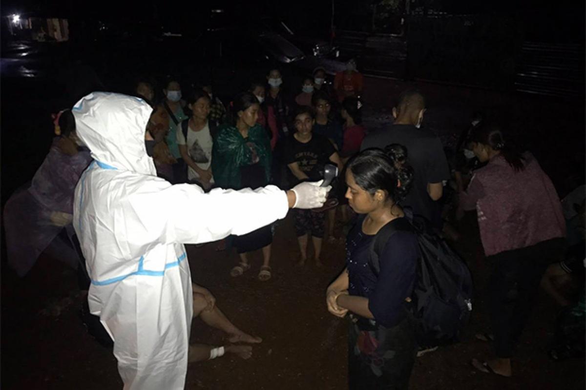 Kiểm tra thân nhiệt những người nhập cảnh trái phép khu vực biên giới của tỉnh Kanchanaburi (Ảnh: Bangkok Post)