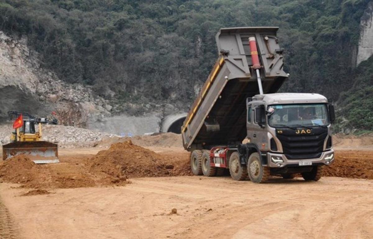 Nhà thầu thi công đoạn tuyến cao tốc Bắc-Nam phía Đông. (Ảnh: Vietnam+)