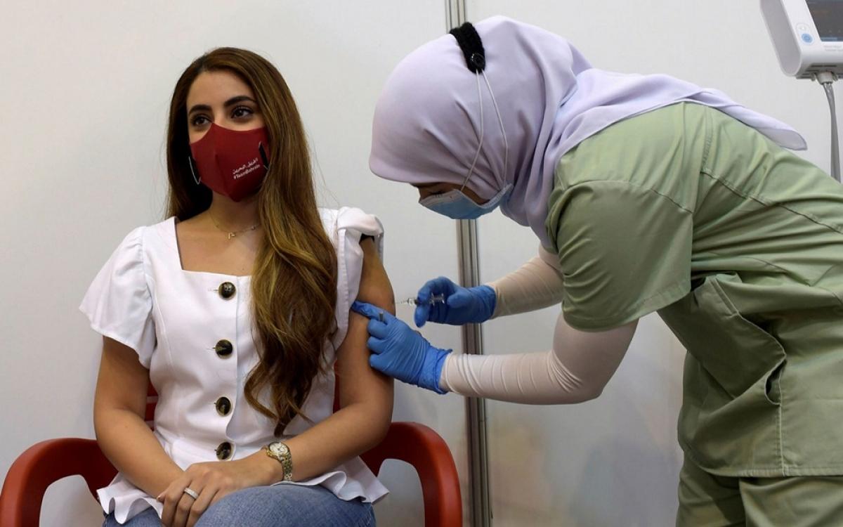 Tiêm vaccine Covid-19. Ảnh: Financial Times.