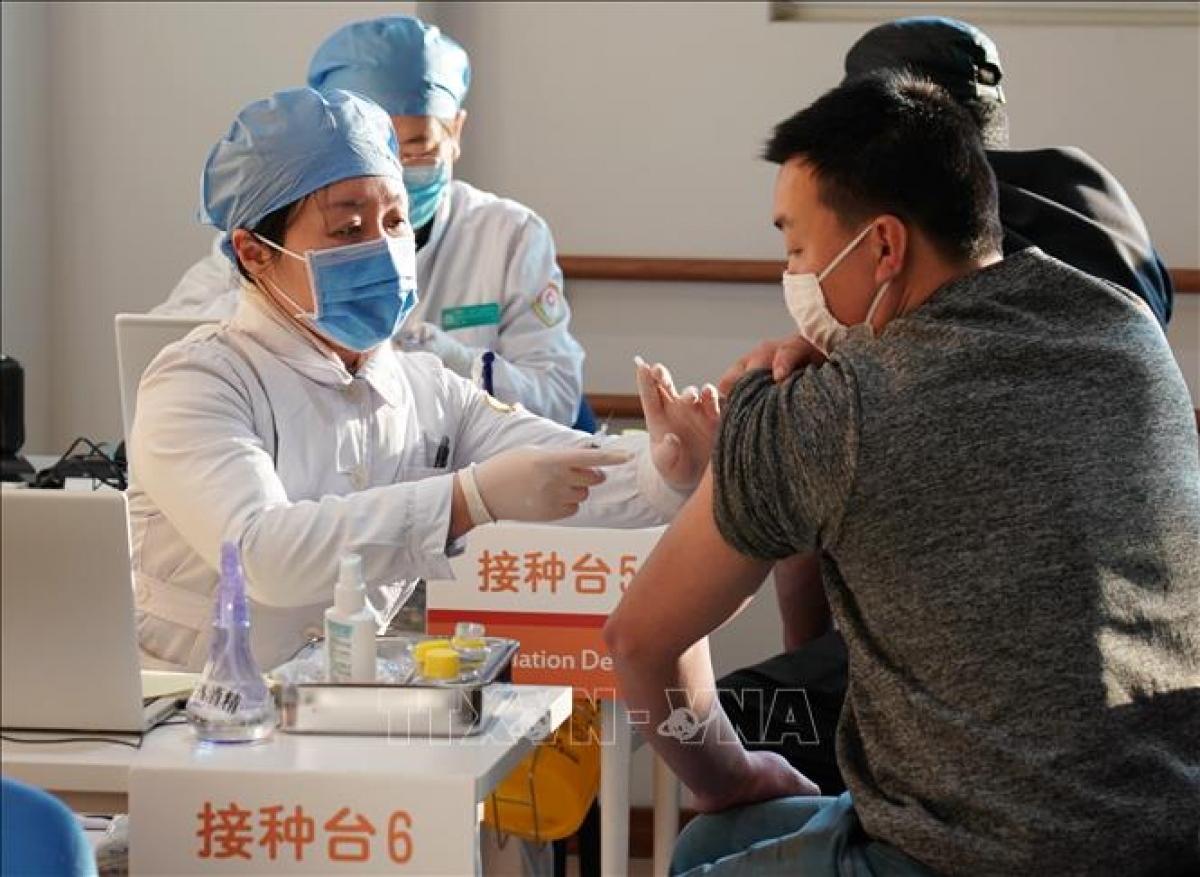 Nhân viên y tế tiêm chủng vaccine ngừa Covid-19 cho người dân tại Bắc Kinh, Trung Quốc. Ảnh: THX/TTXVN