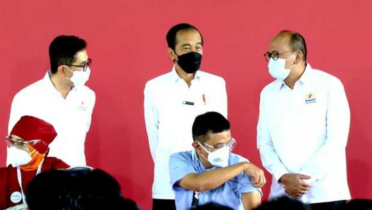 Tổng thống Joko Widodo thị sát buổi tiêm chủng hợp tác lẫn nhau. Nguồn: beritasatu.com