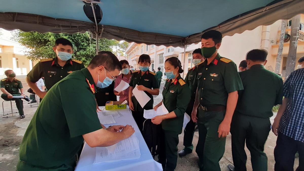 Cán bộ, chiến sỹ nhận phiếu kê khai trước khi tiêm phòng