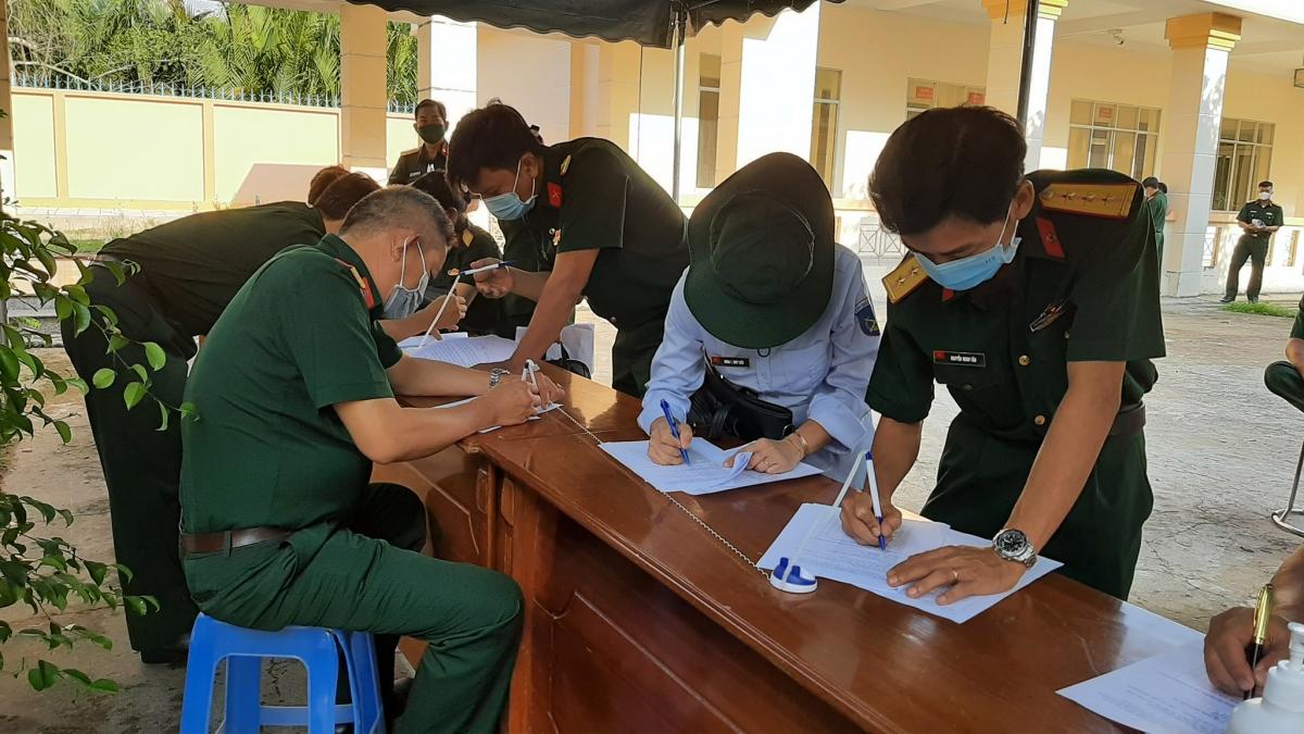 Trước khi vào tiêm phòng, cán bộ- chiến sỹ phải kê khai đầy đủ về sức khỏe bản thân
