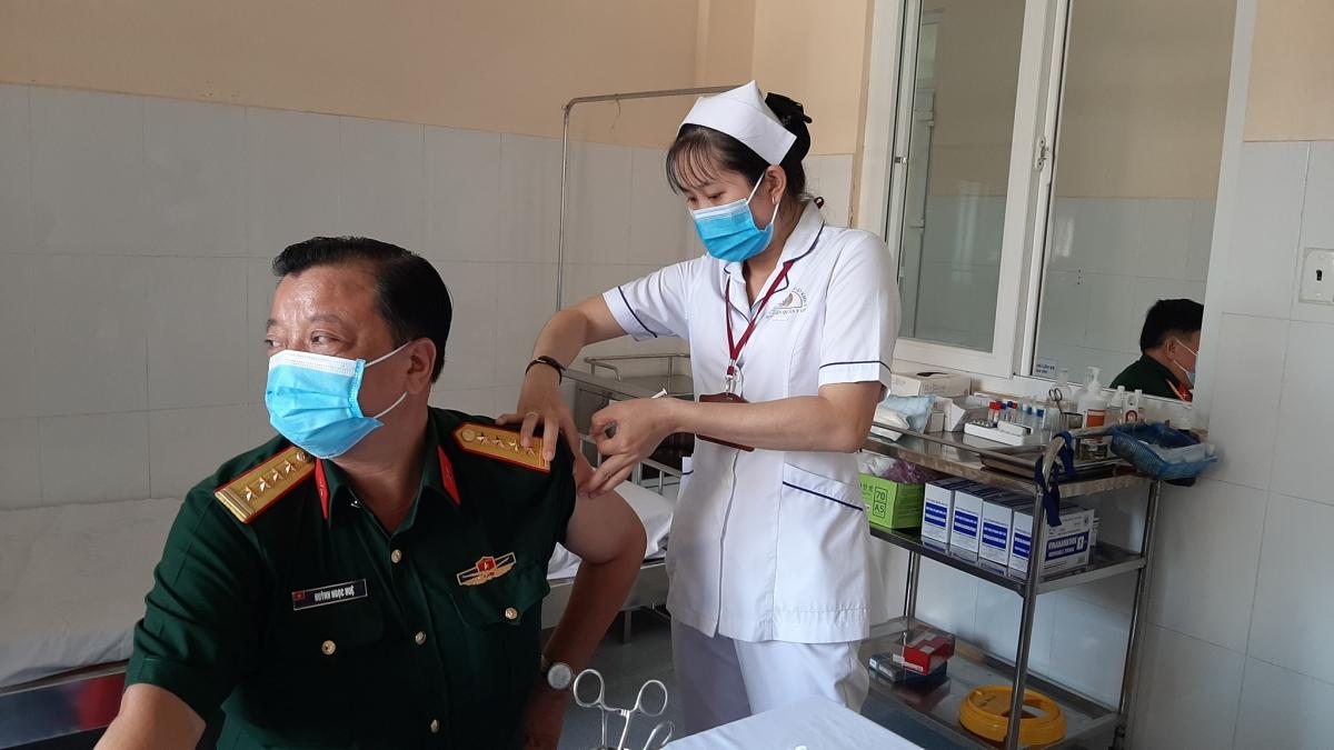 Cán bộ, chiến sĩ của Bộ Chỉ huy quân sự tỉnh Tiền Giang và Bến Tre tập trung để tiêm phòng vaccine
