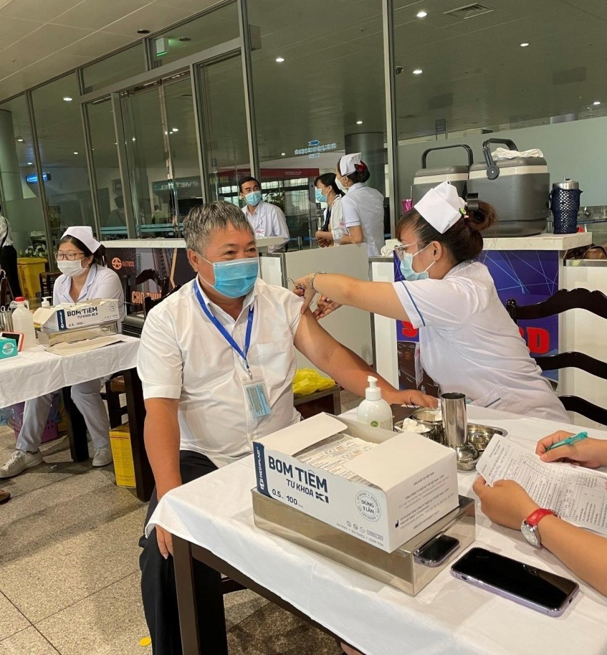 Từ ngày 27/4, hơn 2.000 cán bộ, nhân viên làm việc tại sân bay Tân Sơn Nhất, nhân viên Cảng hàng không Pleiku được đã tiêm vaccine phòng Covid-19.