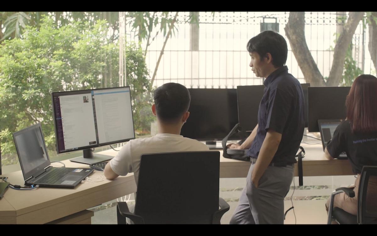 Tiến sĩ Bùi Hải Hưng đang trao đổi với thực tập sinh về hướng xử lý bài toán khi gặp khó khăn