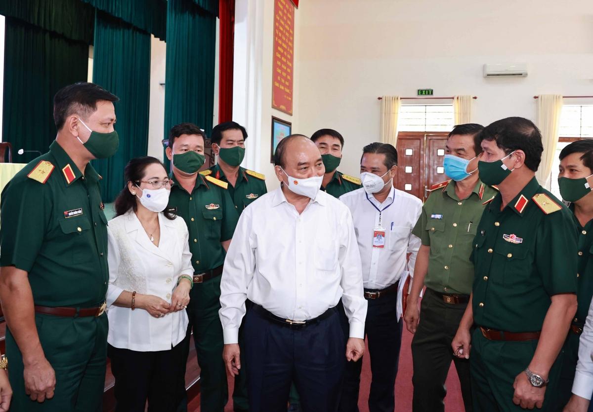 Chủ tịch nước Nguyễn Xuân Phúc cùng các ứng cử viên ĐBQH tiếp xúc cử tri Sư đoàn 317
