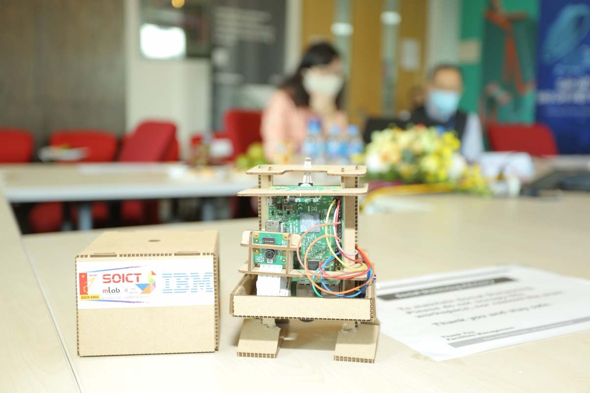 Khóa đào tạo đã giới thiệu cho giáo viên các công nghệ nhận thức và các khái niệm AI để giúp các giáo viên có thể xây dựng và lắp ráp mô hình robot
