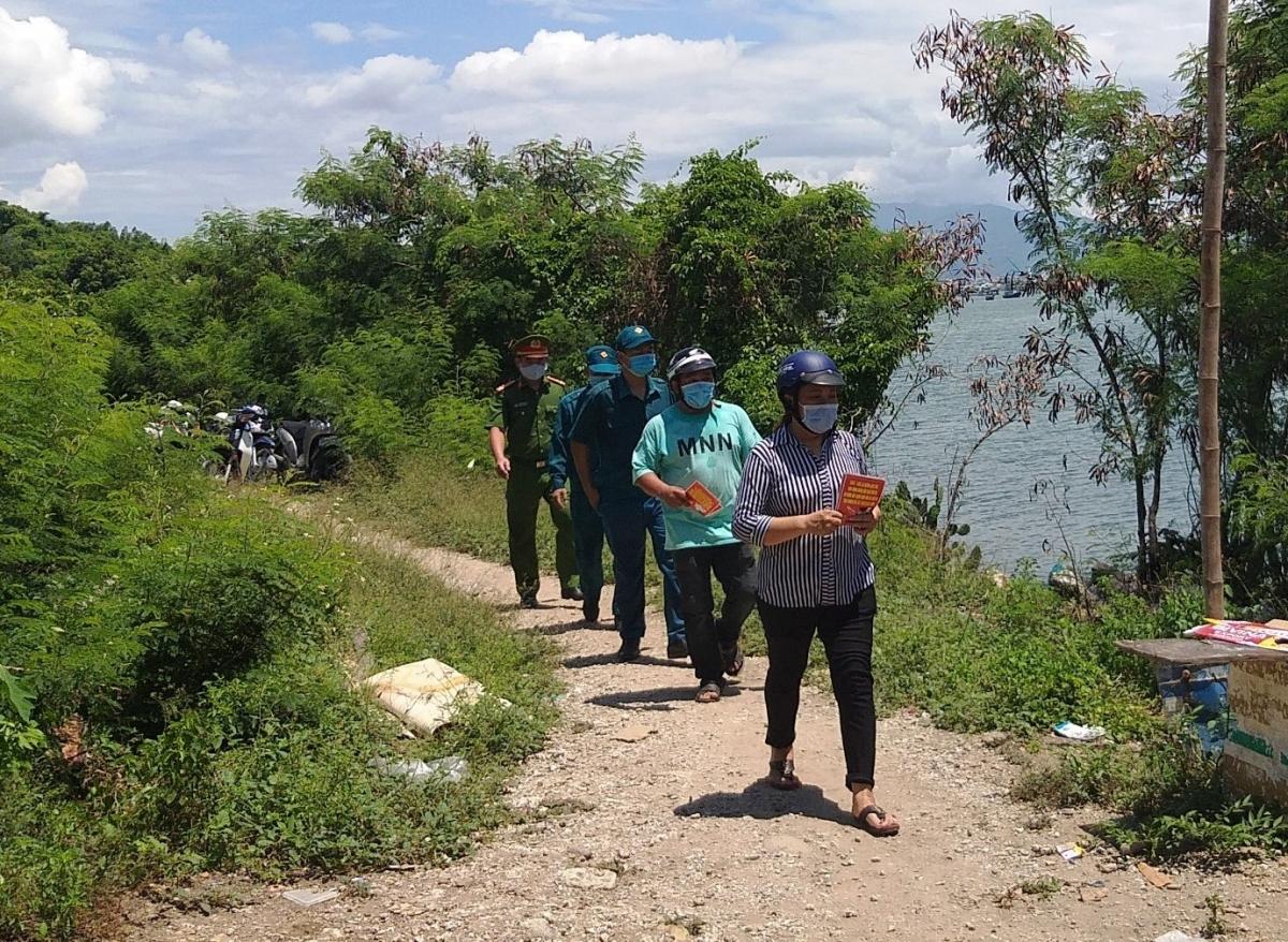 Tổ công tác ở thôn Thành Đạt, xã Phước Đồng, thành phố Nha Trang đến từng hộ dân tuyên truyền bầu cử