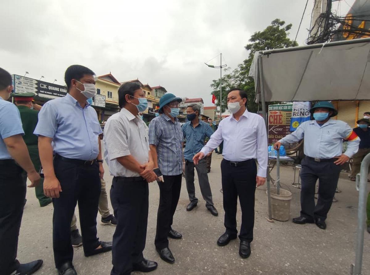 Ông Chử Xuân Dũng, Phó Chủ tịch UBND Thành phố kiểm tra công tác phong tỏa các thôn có ca bệnh ở xã Tô Hiệu, huyện Thường Tín, Hà Nội.