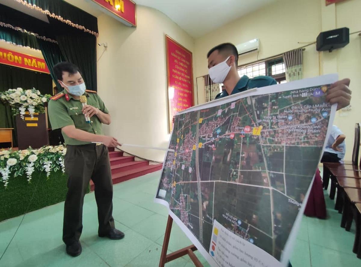 Đại diện Công an huyện Thường Tín báo cáo trên bản đồ vị trí 14 chốt kiểm soát việc phong tỏa cũng như vị trí những điểm có ca bệnh F0.