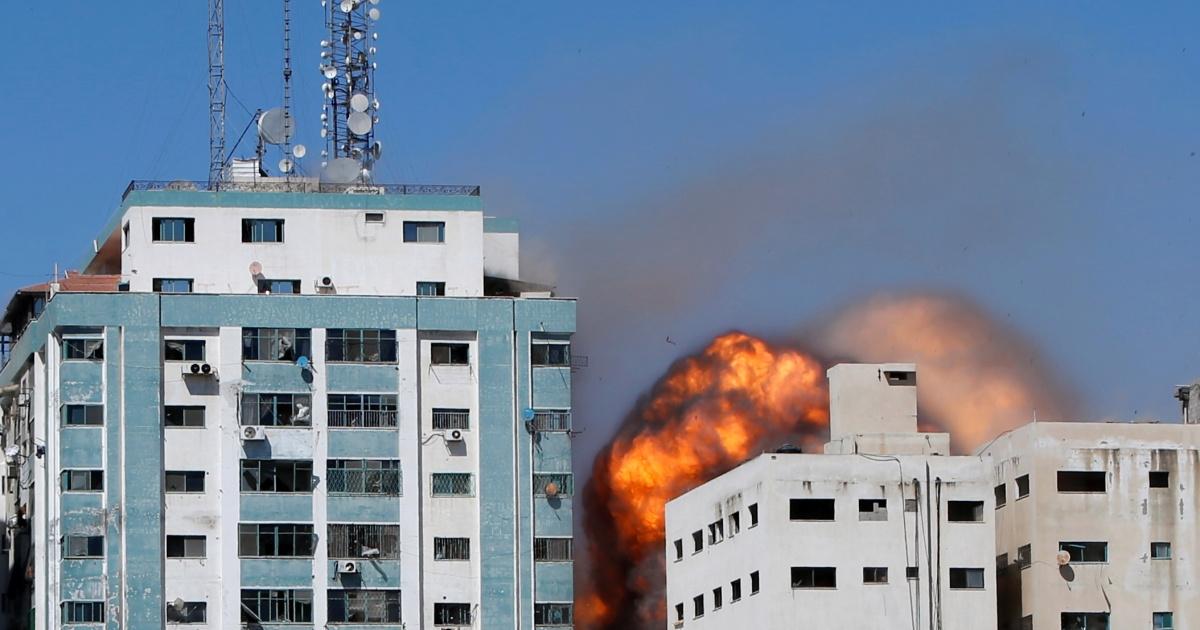 Tòa nhà văn phòng của các hãng truyền thông ở Dải Gaza trúng tên lửa của Israel. Ảnh: Reuters