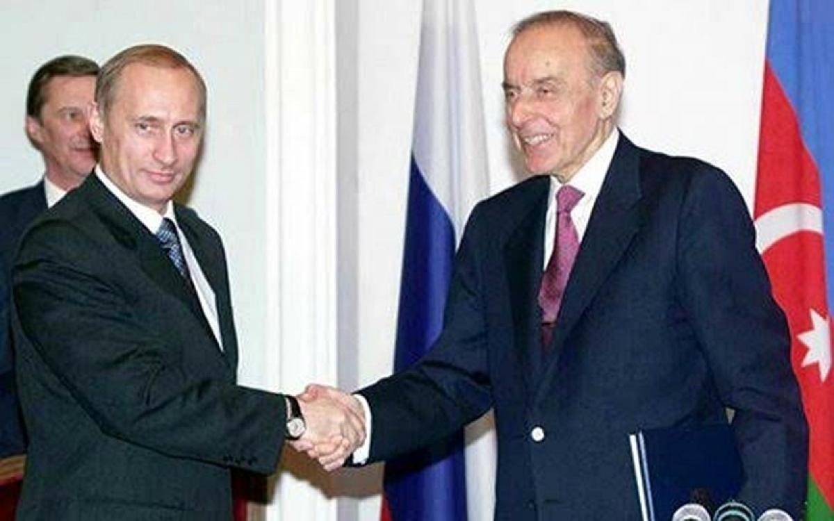 Nhà lãnh đạo Heydar Aliyev (bìa phải) bắt tay với Tổng thống Nga Putin. Ảnh: Azeridaily.
