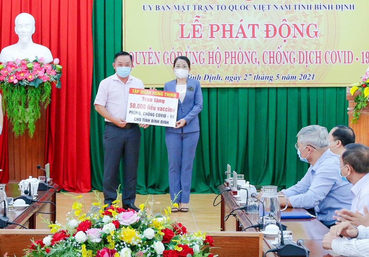 Ông Nguyễn Hữu Sang – Đại diện Tập đoàn Hưng Thịnh trao tặng 50.000 liều vaccine phòng, chống Covid-19 cho tỉnh Bình Định.