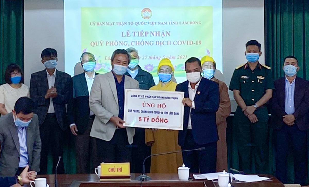 Ông Lê Hồng Việt – Phó Chủ tịch kiêm Phó Tổng Giám đốc Tập đoàn Hưng Thịnh (bên phải) trao tặng 5 tỷ đồng cho Quỹ phòng, chống Covid-19 tỉnh Lâm Đồng.