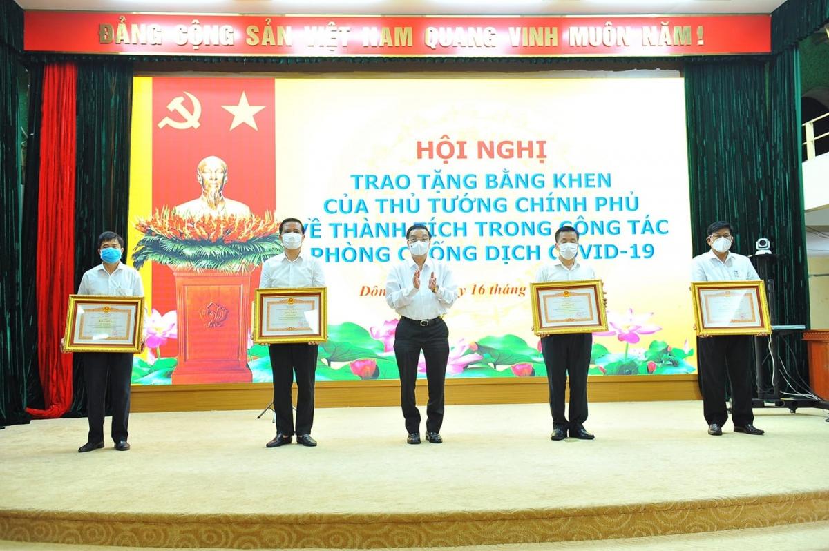Thừa ủy quyền của Thủ tướng Chính phủ, Chủ tịch UBND TP Hà Nội Chu Ngọc Anh đã trao3 tập thể và 4 cá nhâncó thành tích xuất sắc trong công tác phòng, chống dịch Covid-19.