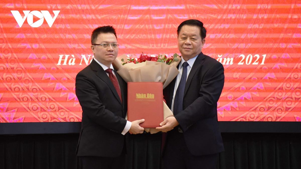 Trưởng Ban Tuyên giáo Trung ương trao quyết định cho ông Lê Quốc Minh