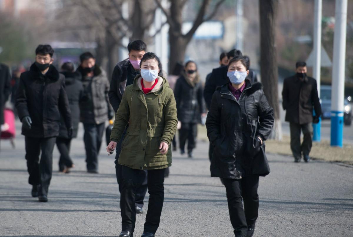 Người dân Triều Tiên đeo khẩu trang đi bộ trên phố Kwangbok, thủ đô Bình Nhưỡng. Ảnh: AFP