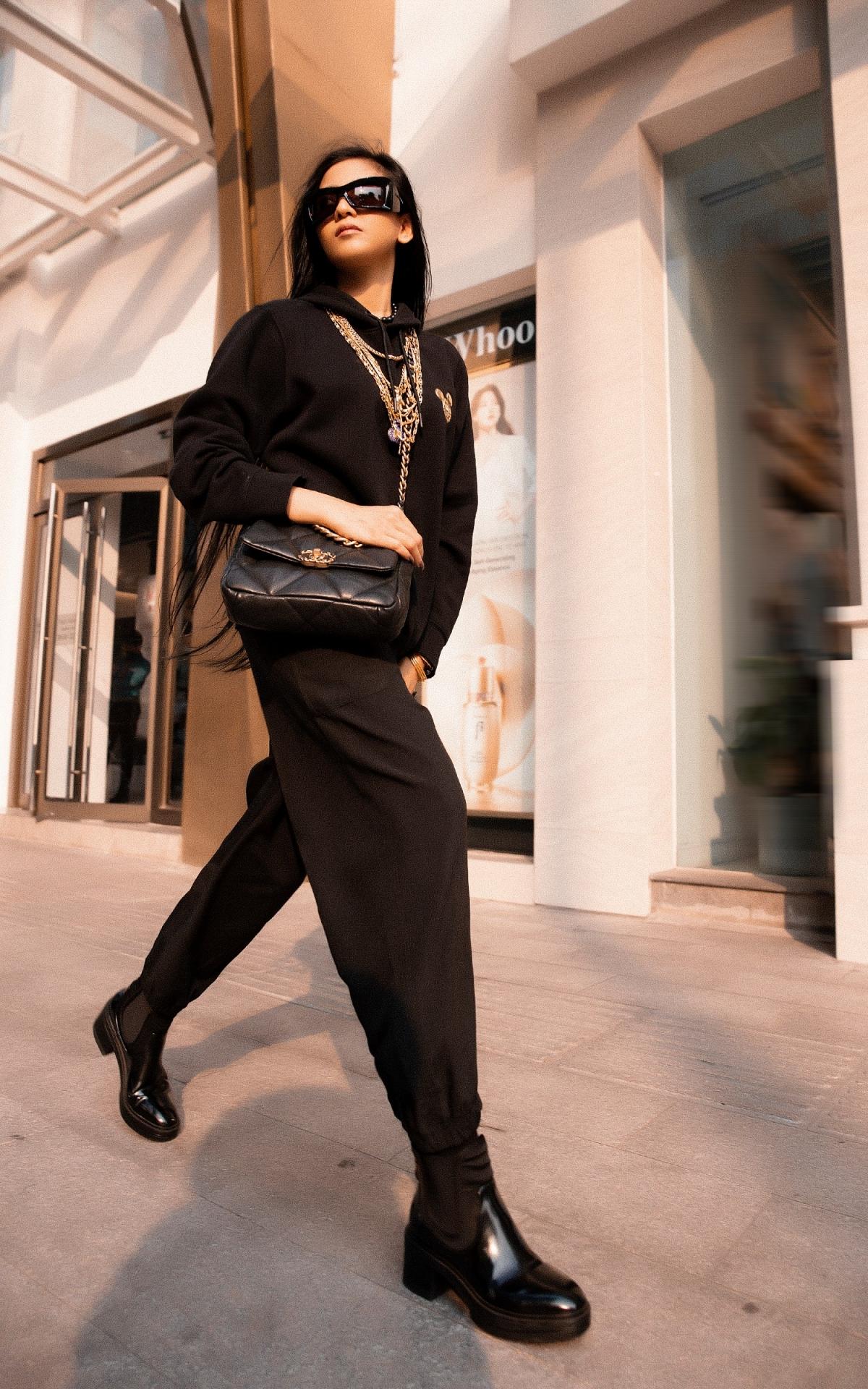Cô thường chọn trang phục đơn giản, ít màu sắc để phối cùng phụ kiện bắt mắt. Chính vì thể, những đường nét trên khuôn mặt của Trương Thị May rất nổi bật bởi phụ kiện tạo điểm nhấn.