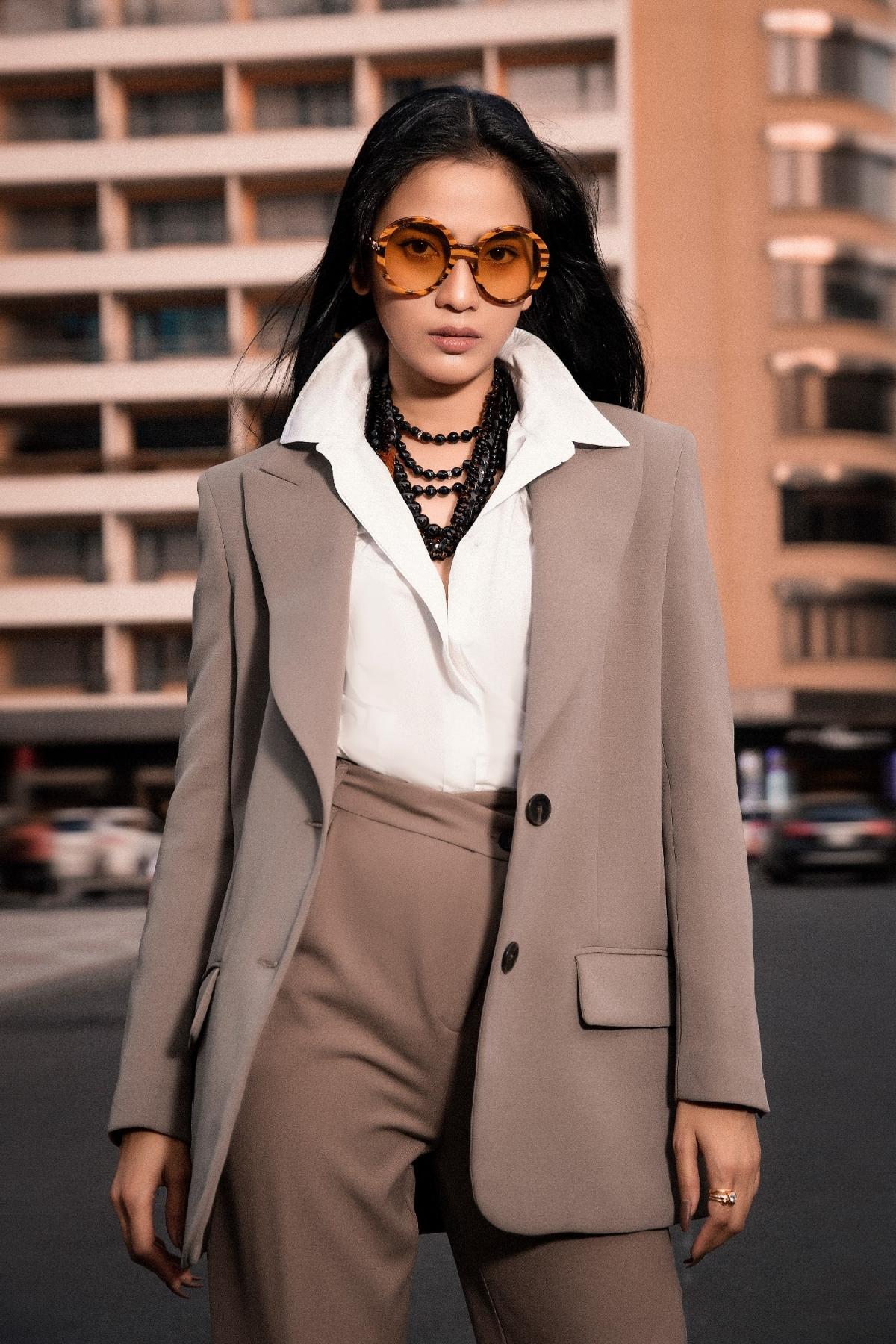 Cô tự trang điểm nhẹ, phù hợp với phong cách thời trang đường phố mà cô ưu thích.