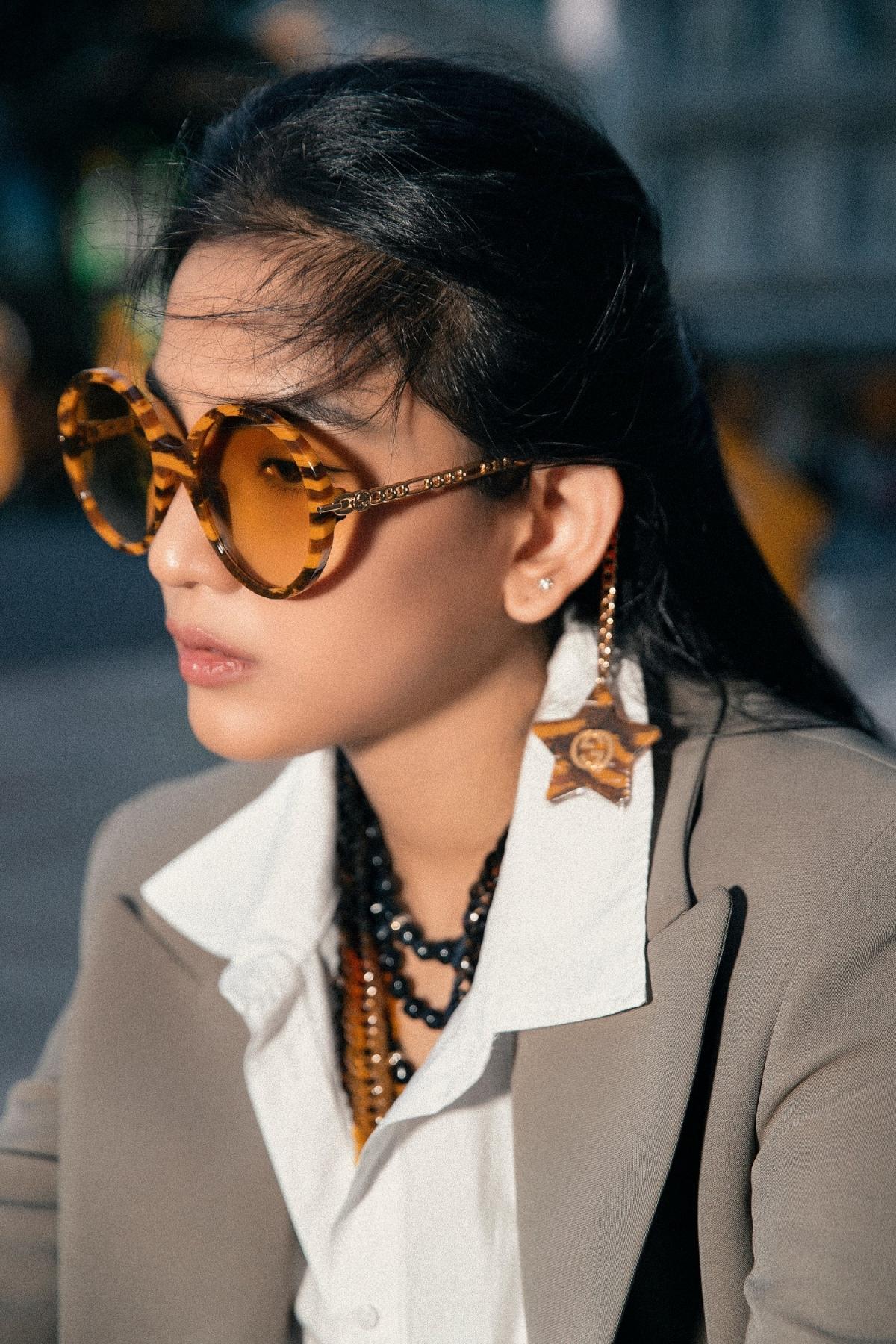 Trong bộ ảnh thời trang mới nhất của mình, á hậu Trương Thị May khoe nhan sắc xinh đẹp bên cạnh phong cách thời trang đầy cá tính của mình.