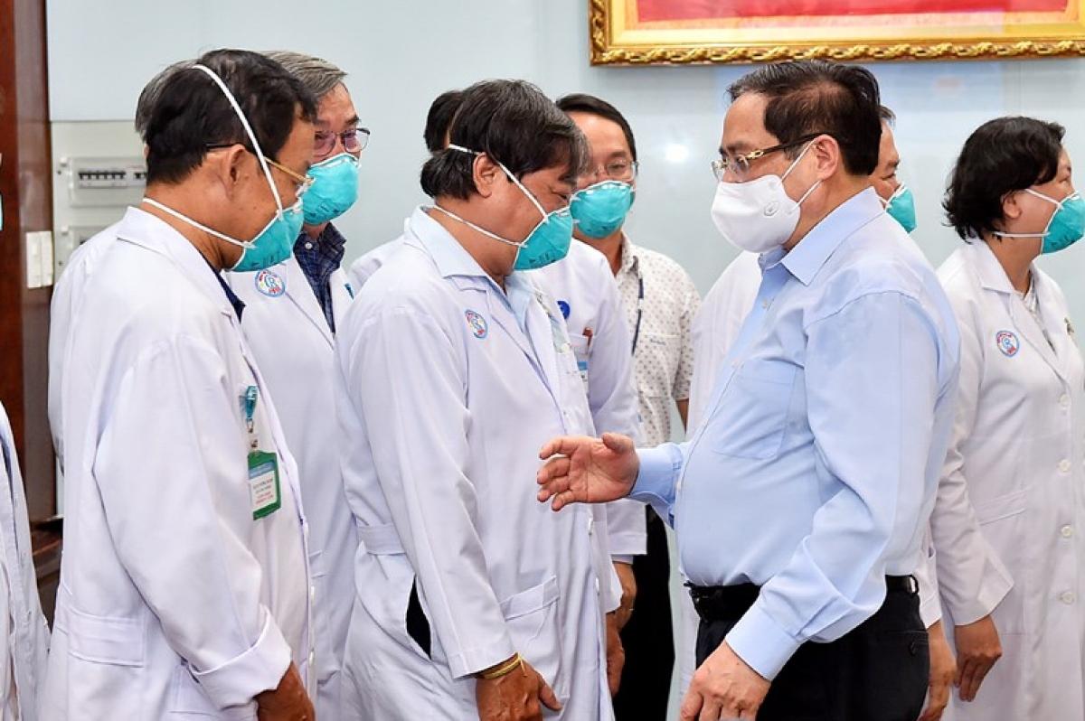 Chiều 13/5, tại TPHCM, Thủ tướng Phạm Minh Chính đã tới thăm, động viên các y, bác sĩ, điều dưỡng viên tại Bệnh viện đại học Y Dược TPHCM và Bệnh viện Chợ Rẫy. Nguồn: Báo điện tử Chính phủ