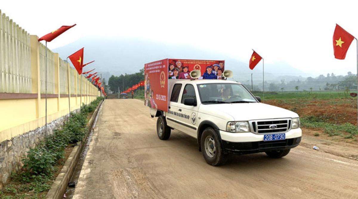 Trung tâm Văn hóa, Thể thao và truyền thông huyện Định Hóa thực hiện tuyên cử tại xã Phú Đình. Ảnh: Báo Thái Nguyên.