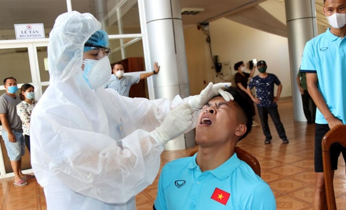 Các thành viên của đội đã kiểm tra y tế và lấy mẫu xét nghiệm RT-PCR để đảm bảo công tác phòng, chống dịch COVID-19 (Ảnh: VFF).