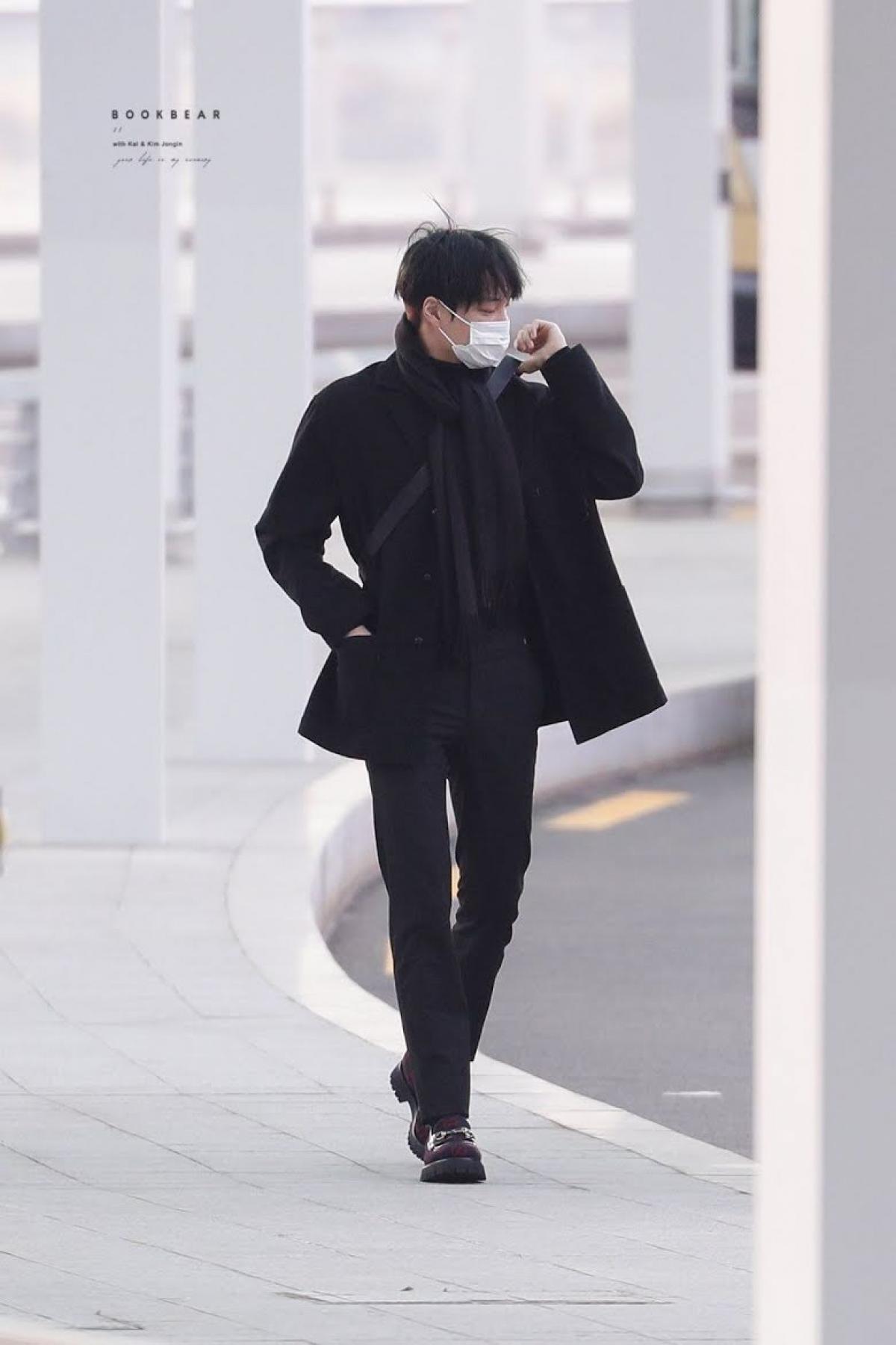 Đơn giản nhưng đầy thu hút trong áo khoác đen của GUCCI.