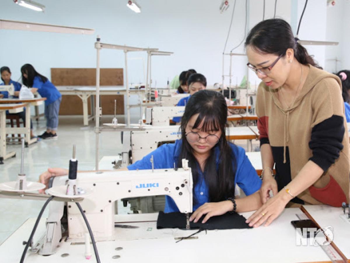 """Việc gắn kết đào tạo nghề với thị trường lao động không chỉ là """"cái bắt tay"""" của cơ sở giáo dục nghề nghiệp với doanh nghiệp mà còn tạo ra sự cân bằng về cung cầu trong thị trường lao động..."""