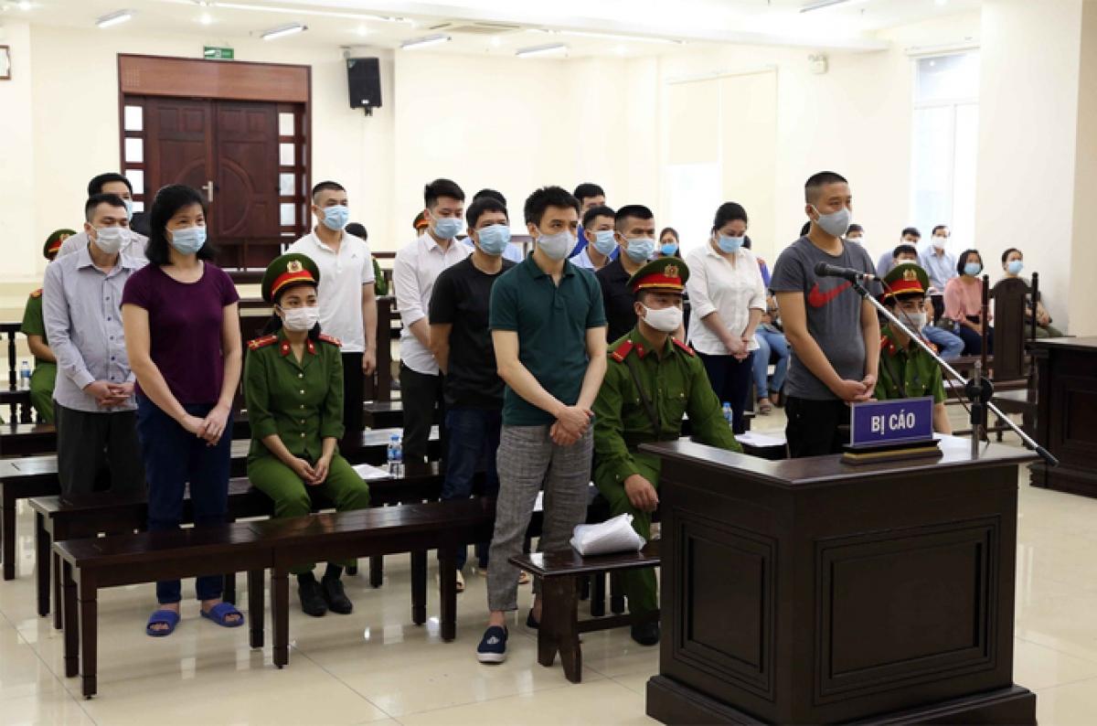 Các bị cáo đứng nghe tuyên án. (Ảnh: TTXVN)